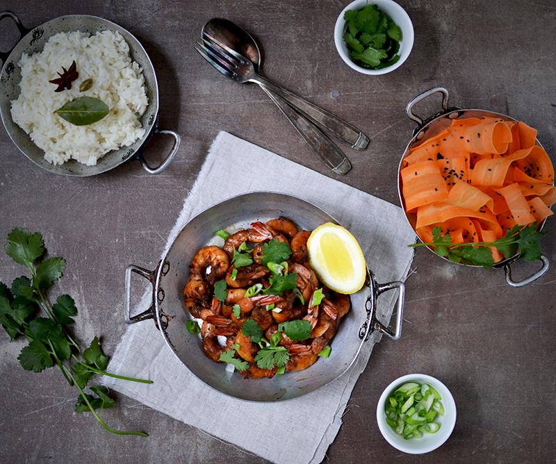 Crevettes sautées à l'ail noir, riz pilaf aux épices