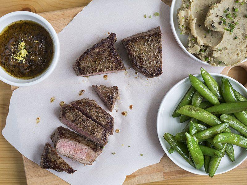Steaks Poêlés avec Purée de Pommes de Terre à l'Ail Noir
